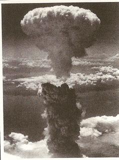 1945年8月9日、長崎に落とされた原子爆弾のキノコ雲.jpg