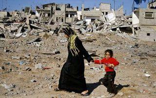 イスラエル軍の侵攻により、避難するパレスティナ人の親子連れ.jpg