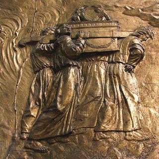 フランス南西部オーシュにあるサント・マリー大聖堂のレリーフに彫られた契約の箱