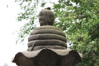 井の頭弁財天階段前の宇賀神像.jpg