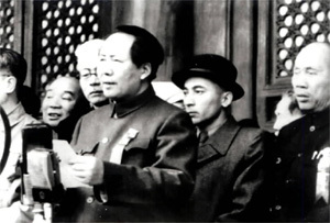 北京で中華人民共和国の成立を宣言する毛沢東とサイフジン(帽子).jpg