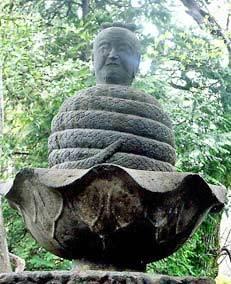 宇賀神石像…老人の頭と蛇身.jpg