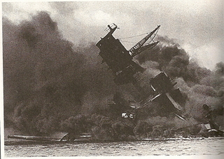 戦艦オクラホマに魚雷が命中した瞬間.jpg