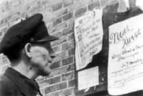 掲示板に見入る上海のユダヤ人.png