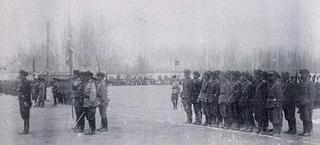 東トルキスタン共和国軍と女性兵士.jpg