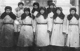 東トルキスタン共和国軍と女性兵士2.jpg