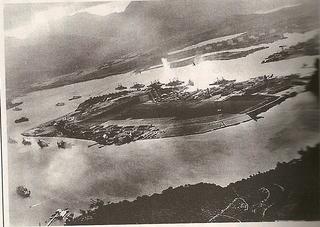 炎上するアメリカ戦艦アリゾナ.jpg